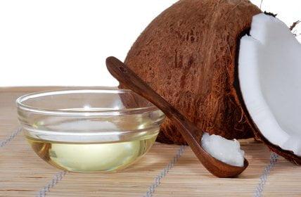 Olej kokosowy – co to jest, skąd się bierze i dlaczego działa?